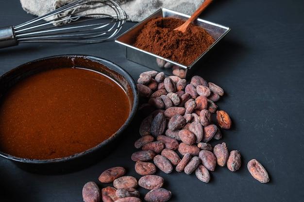 Crema de chocolate y chocolate en polvo sobre la mesa