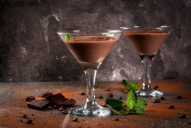 Crema de cóctel de café, martini de chocolate con menta en la mesa de piedra negra, copyspace