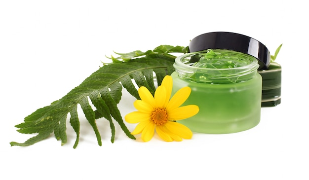Crema cosmética en la jarra verde.