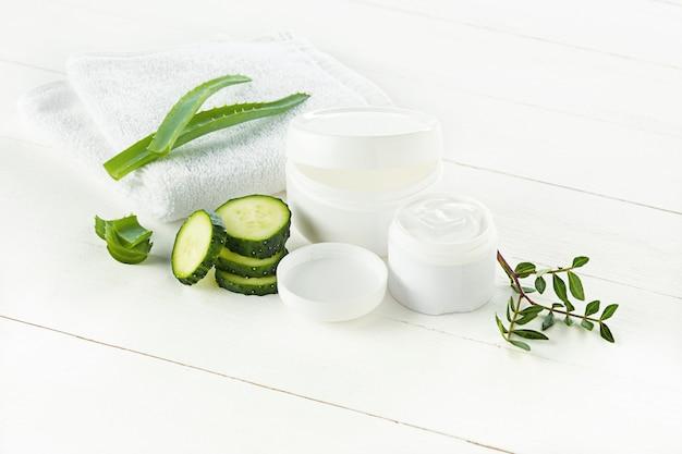 Crema cosmética de pepino y aloe cuidado de la cara, la piel y el cuerpo higiene loción humectante