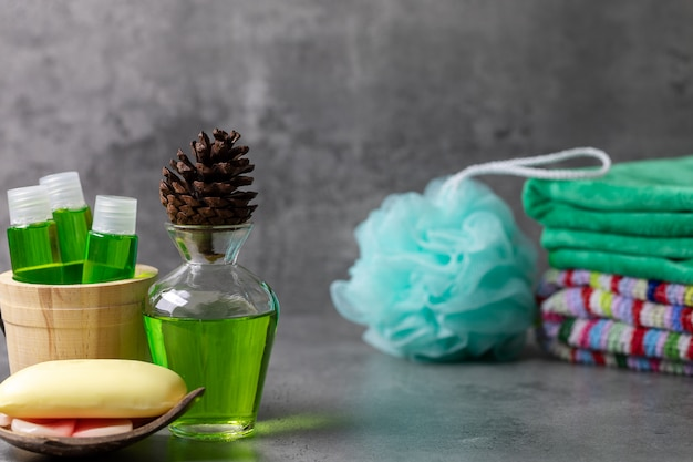 Crema de ducha en botella transparente y esponja en el baño