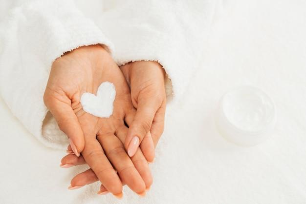 Crema de higiene y cuidado de uñas en forma de corazón