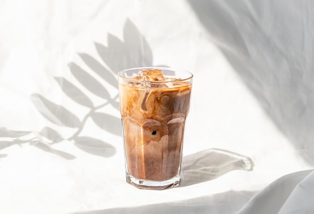 Crema de leche helado de café. café frío bebida cóctel con hielo y leche.