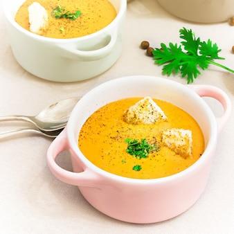 Crema de lentejas rojas con bizcochos en pequeñas ollas o tazón