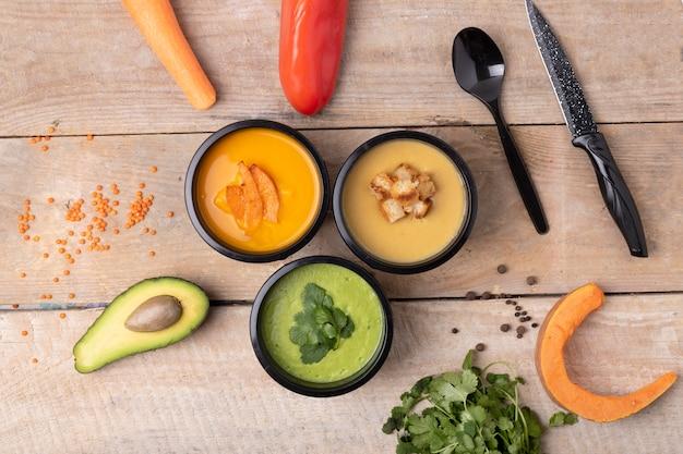 Crema de lentejas, sopa de calabaza y verduras crudas.