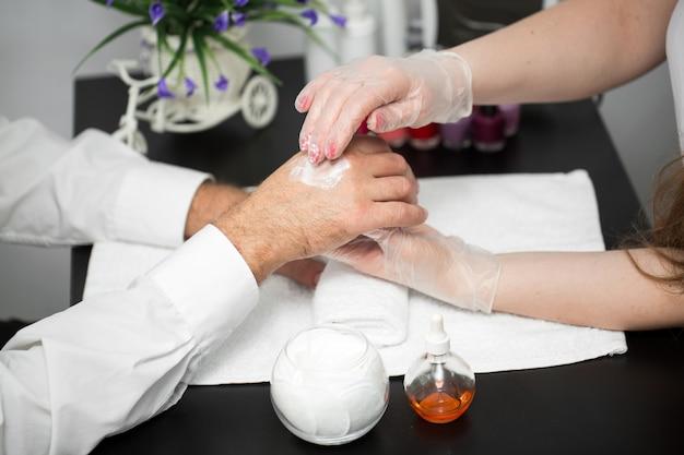 Crema de manos. masaje después de la manicura.