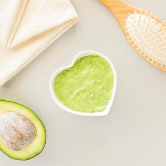 Crema orgánica para el cuidado de la piel en forma de corazón