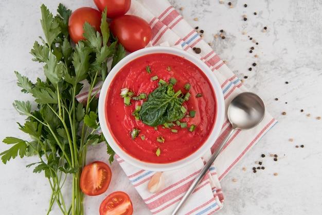 Crema de tomate casera y perejil