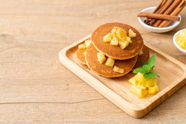 Crepe de manzana o crepe de manzana con canela en polvo