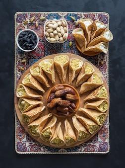 Crepes árabes tradicionales rellenos de crema, preparados para iftar en ramadán.