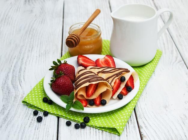 Crepes con fresas y salsa de chocolate.