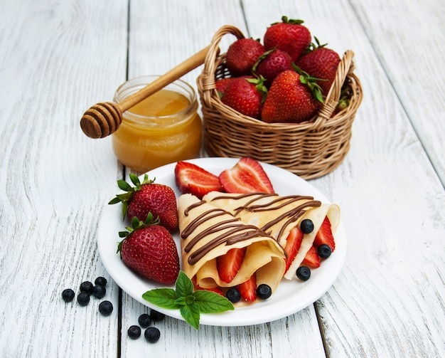 Crepes con fresas y salsa de chocolate.