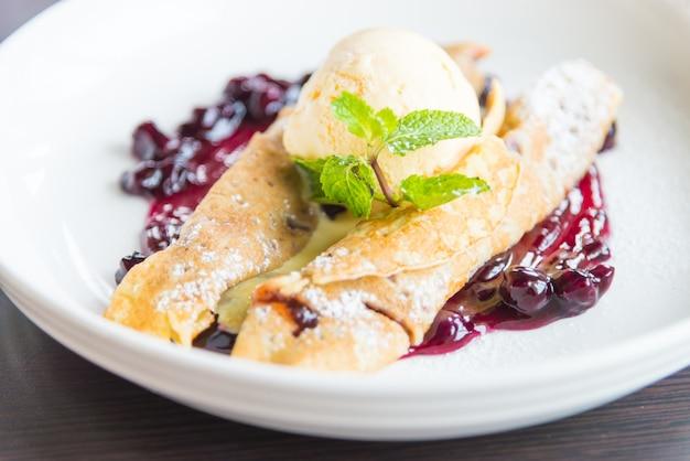 Crepes con mermelada de frambuesa y helado.