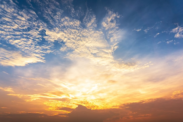 Crepúsculo cielo y nubes de fondo
