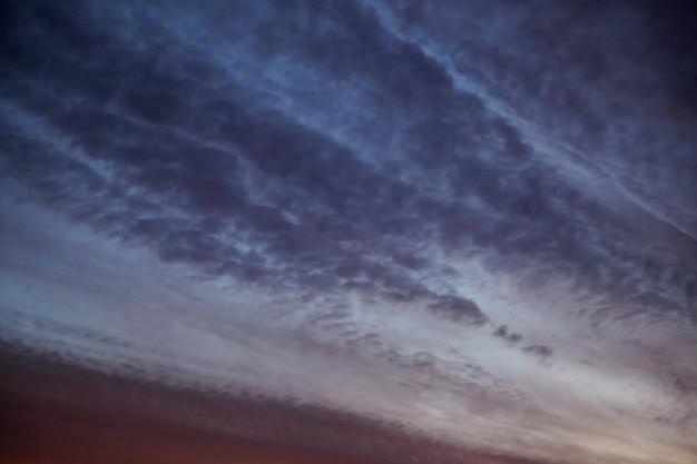 Crepúsculo oscuro cielo con nubes