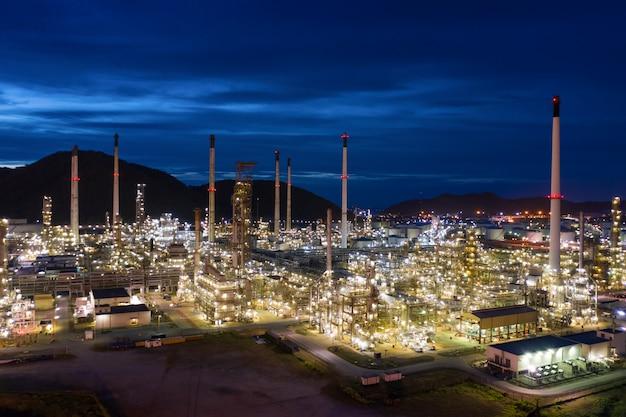 Crepúsculo paisaje refinería de petróleo y gas en vista aérea nocturna
