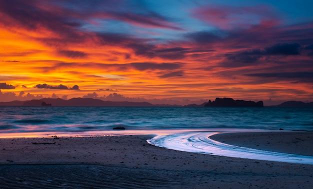 Crepúsculo tiempo de puesta de sol en la playa.