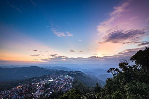 Cresta escénica de la montaña en el norte de laos