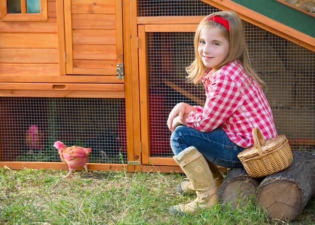 Criador de gallinas niño niña ranchero granjero con pollitos en gallinero