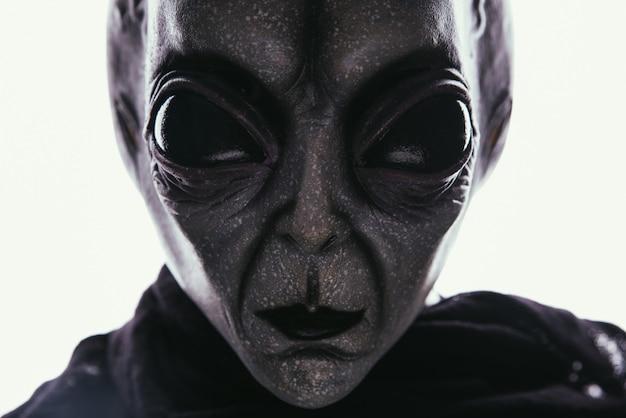 La criatura alienígena tiene un mensaje para los humanos. griside humanoide de otra serie de retratos de planetas.