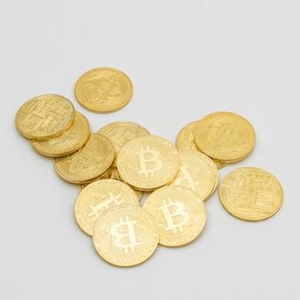 Criptomoneda bitcoins sobre un fondo gris