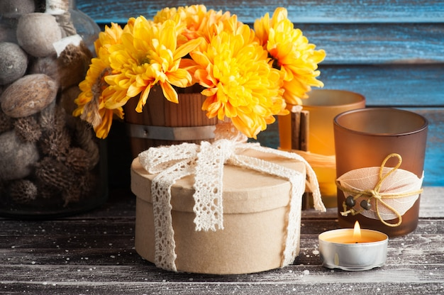 Crisantemo amarillo, velas doradas encendidas