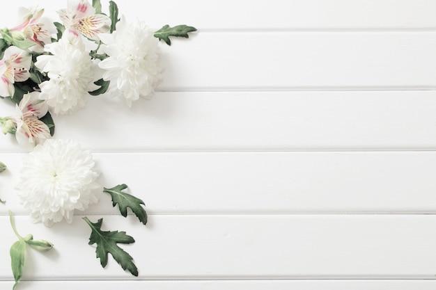 Crisantemo en espacio de madera blanca