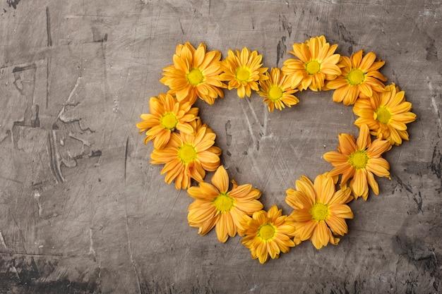 Crisantemo naranja en forma de corazón con espacio de copia.