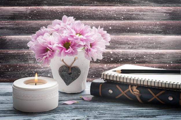 Crisantemo rosado en maceta de hormigón