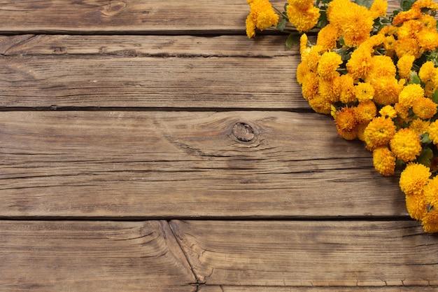 Crisantemos naranjas sobre fondo de madera vieja