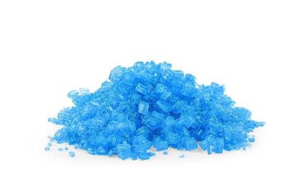 Cristal cultivado de sal de color azul aislado sobre el fondo blanco.
