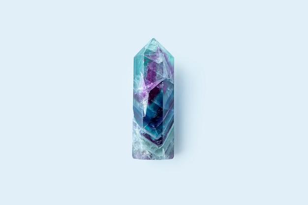 Cristal de fluorita de piedras preciosas sobre fondo blanco