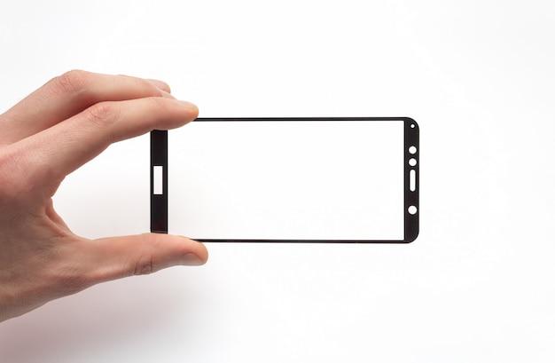 Cristal de seguridad para teléfono inteligente en la mano de un hombre sobre un fondo blanco.