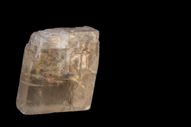 Cristal de spar islandés, aislar sobre fondo negro, con espacio de copia