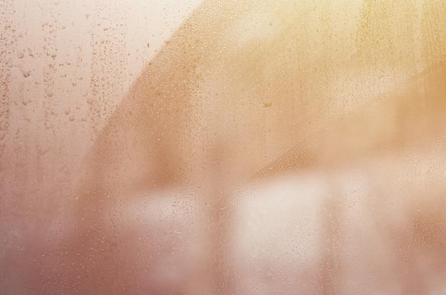 Cristal de la ventana con condensado o vapor después de fuertes lluvias.