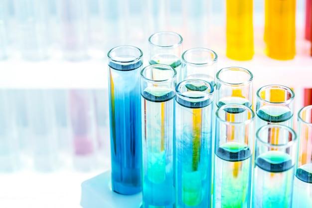 Cristalería de laboratorio diferentes con líquidos coloreados de cerca