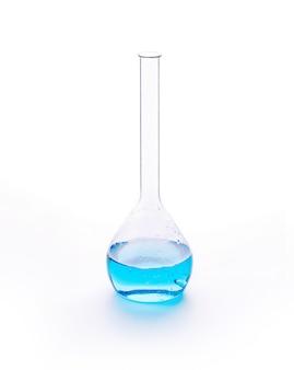 Cristalería de laboratorio con líquido de colores azules.