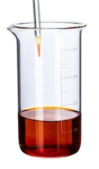 Cristalería con líquidos para análisis de laboratorio aislado en blanco, de cerca