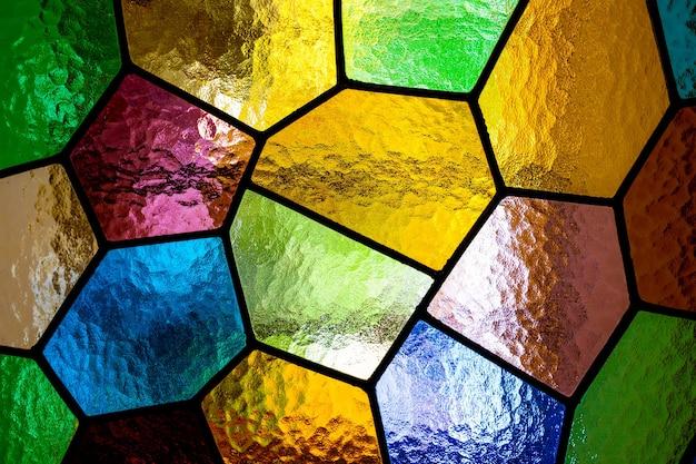 Cristales de varios colores en un cristal de una ventana translúcida.