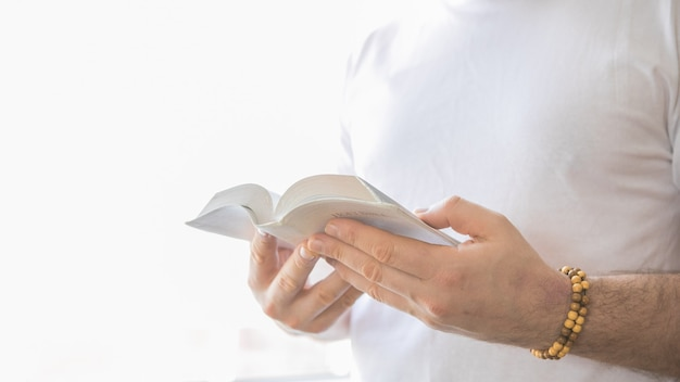 El cristiano tiene la biblia en sus manos. leyendo la biblia. el concepto de fe, espiritualidad y religión.