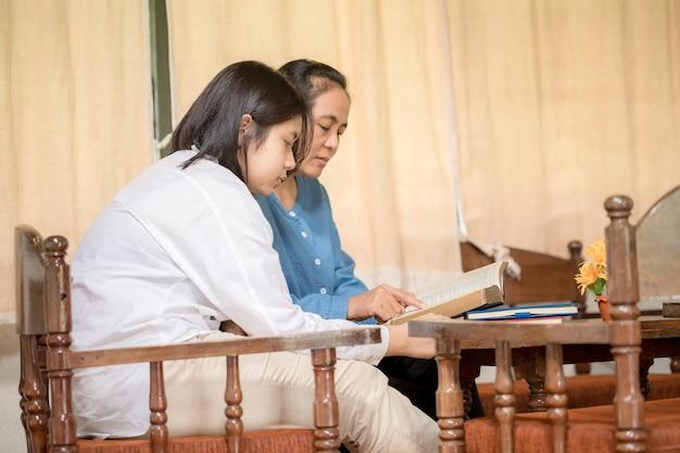 Los cristianos oran y buscan las bendiciones de dios, la santa biblia. leían la biblia y compartían el evangelio con copia espacio.