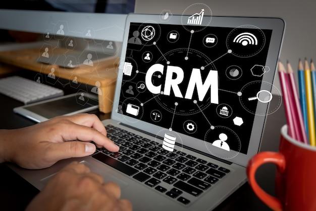 Crm business customer crm management analysis service concept manos del equipo empresarial en el trabajo con informes financieros y una computadora portátil