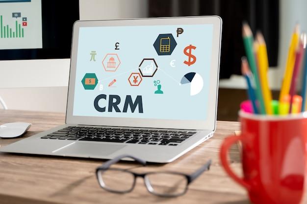 Crm cliente comercial concepto de servicio de análisis de gestión crm el equipo comercial trabaja en el trabajo con informes financieros y una computadora portátil