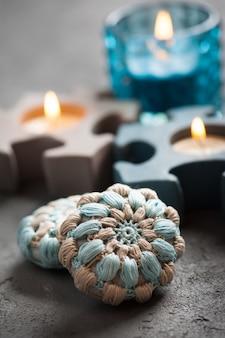 Crochet azul y velas encendidas