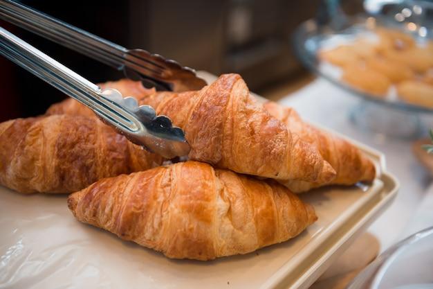 Croissant colocado en una bandeja blanca