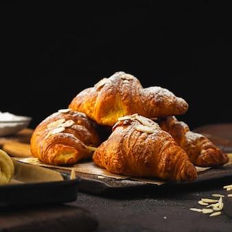 Croissant de desayuno con chocolate