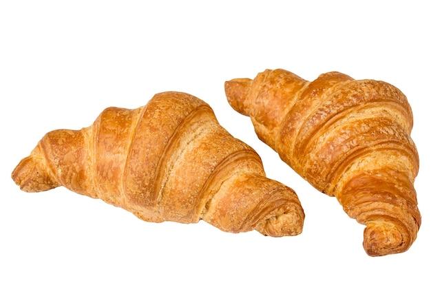 Croissant francés aislado en una superficie blanca.