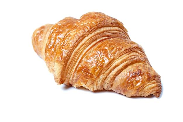 Croissant fresco cerca aislado sobre fondo blanco.