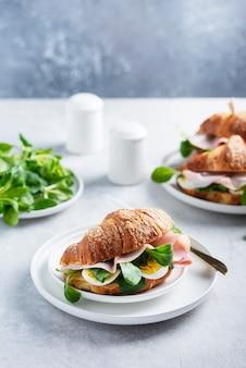 Croissant fresco con ensalada verde