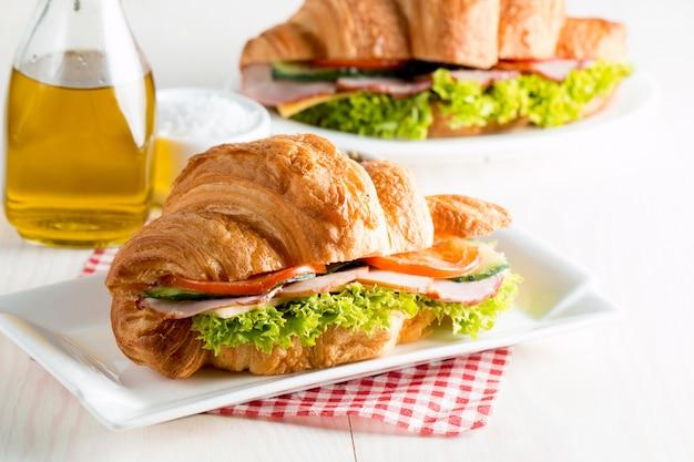 Croissant recién hecho con jamón.